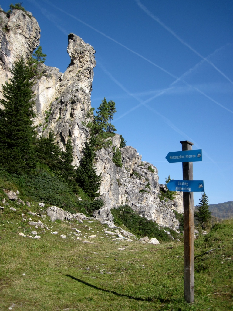 A signpost pointing the way to the start of the Klettersteig Knorren.